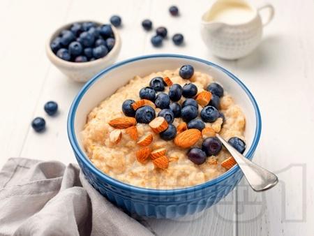 Овесена закуска с овесено и соево мляко и банан - снимка на рецептата